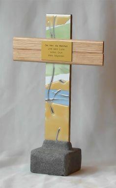 Dieses wundervolle Deko Kunstwerk betont die Einzigartigkeit bleibender Geschenke, wie sie vor allem christliche Kreuze besitzen. Es ist ein seltenes Stehkreuz, das mit einem der Sprüche versehen ist, die bis tief im Herzen eines Menschen hineinwirken. Mit diesem Kreuz aus Holz und Feinsteinzeug, das auch ein schönes Holzkreuz für Kinder ist, besitzen Sie eines der besonderen Geschenke zur Kommunion, Firmung, Taufe oder Geburt, das den Wundern Gottes gleicht.