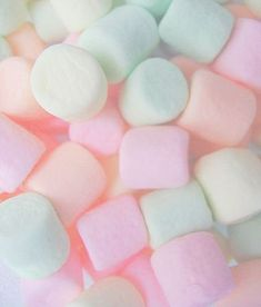 Marshmallows in pastel colors. Rainbow Aesthetic, Aesthetic Food, Pink Aesthetic, Food Wallpaper, Pastel Wallpaper, Iphone Wallpaper, Soft Colors, Pastel Colors, Pastels