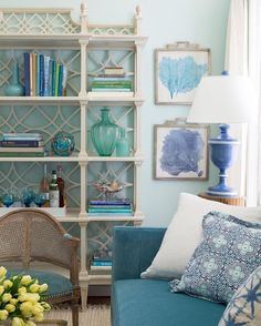 Different bright shades of blue create a harmonious coastal casual space Condo Living Room, Coastal Living Rooms, Home Hacks, Coastal Style, Turquoise, Decoration, Home Crafts, Fresh Flowers, Family Room