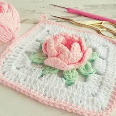 napkin with crochet rose Crochet Flower Squares, Granny Square Crochet Pattern, Crochet Flower Patterns, Crochet Stitches Patterns, Crochet Motif, Crochet Designs, Crochet Doilies, Crochet Flowers, Crochet Bags