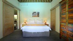 villa 4 kamar disewakan harian di Bali. Salah satu kamar tidur di villa Thiara