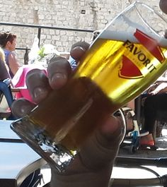 Cerveja Favorit Pivo, estilo Standard American Lager, produzida por Buzetska Pivovara, Croácia. 5% ABV de álcool.