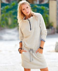 Redhill college kjoleVårens stor selger! Herlig kjole i deilig collegekvalitet. Insideout kvalitet.  Knappestolpe i front med klassisk kontrastbånd, lommer i siden og strammesnor på hoften. Fin baggy modell som fort blir en favoritt. Vask 30ºC