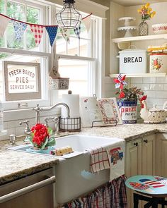 Thoughtful undertook country home decor farmhouse have a peek at these guys Cozy Kitchen, White Home Decor, Chic Kitchen, Home N Decor, Vintage Kitchen, Kitchen Decor, Home Decor, Home Kitchens, Country House Decor