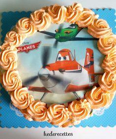 """Assalam Aleykoum, bonjours à tous! Un deuxiéme gâteau fait pour mon fils pour ces 6 ans aprés le """"Angry bird"""", voici un entremet chocolat blanc vanille avec un insert à l'abricot. Je l'ai décoré d'une feuille azyme """"Plane's"""" . POUR LE DISQUE DE GÉNOISE...."""