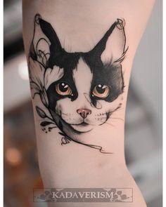Schwarze Katze Tattoo Design-Ideen mit Bedeutung – Body Art Black Cat Tattoo Design Ideas with Meaning – Body Art – Black Cat Tattoos, Dog Tattoos, Body Art Tattoos, Hand Tattoos, Sleeve Tattoos, Cat And Dog Tattoo, Cute Cat Tattoo, Arm Tattoo, Lion Tattoo