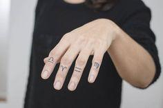 Tatuaje punto a punto de los símbolos zodiacales de Libra, Aries, Acuario y Virgo
