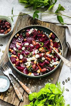 Rödbetssallad med fetaost, kikärtor och pumpafrön Beetroot salad with feta cheese, chickpeas and pumpkin seeds, useful and tasty! Healthy Recepies, Raw Food Recipes, Veggie Recipes, Vegetarian Recipes, Cooking Recipes, Feta Salat, Food Inspiration, Love Food, Food Photography