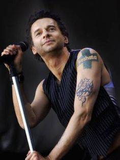 Dave Gahan and also Depeche Mode! Enjoy The Silence, Famous Daves, Dave Gahan, Punk, Fast Fashion, Man Crush, Music Bands, Cool Bands, Music Artists