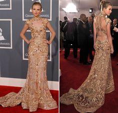 Primeiro, fizemos o post dos looks de vestidos brancos da Taylor Swift para inspirar as noivas. Agora, é a vez de inspirar as madrinhas com os lindos vesti