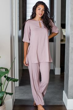 Cute Comfy Outfits, Girly Outfits, Pretty Outfits, Sleepwear Women, Pajamas Women, Silk Sleepwear, Satin Pyjama Set, Pajama Set, Silk Pajamas