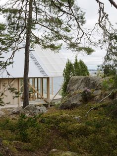 On Viggsö, an island of the Swedish Archipelago, architecture firm Arrhov Frick designed a two-story retreat, using simple but hardy materials. The timber frame is made of pine; the roof is made of corrugated metal and fiber-reinforced plastic. Corrugated Roofing, Corrugated Plastic, Farm Shed, Stockholm Archipelago, Pine Timber, Sweden House, Journal Du Design, Fibreglass Roof, Wooden Cabins