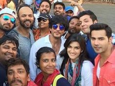 "Shahrukh Khan With Dilwale Team - 1to1only News Shahrukh Khan With Dilwale Team Did You Know That Shahrukh Khan Offered Varun His Role In Dilwale? Superstar Shahrukh Khan who has offered Varun a role in Dilwale. But here is the twist! Shahrukh Khan starrer Dilwale which is directed by Rohit Shetty has two Varuns in it i.e. Varun Dhawan and the Fukrey actor Varun Sharma. ""Celebrities"" ""Entertainment"" ""TV"" ""Tv&Showbiz"" Don't forget to SUBSCRIBE and SHARE this video…"