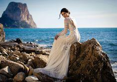 Dieses wunderschöne Brautkleid aus der aktuellen White One Kollektion 2021 findest Du bei Boesckens in Erkelenz. Es ist eines von hunderten Brautkleidmodellen, die Du in allen Größen von 32 bis 58 bei uns erleben kannst. Die allermeisten Bräute buchen rechtzeitig vor der Hochzeit einen unverbindlichen Beratungstermin, damit sie ihr ganz persönliches Traumkleid bei uns finden. Wir freuen uns auf Dich!   ::  #brautkleid #hochzeitskleid #boesckens Trends, Boho, Wedding Dresses, Fashion, Gown Wedding, Marriage Dress, New Wedding Dresses, Vintage Dresses, Nice Asses
