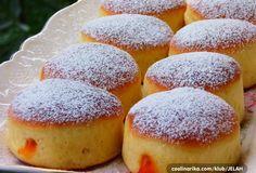 Jednoduché šišky pripravené bez vyprážania.Naplniť ich môžete džemom, čokoládovou náplňou alebo lekvárom. Potrebujeme: 600 ghladká múka 150 gKr.cukor 5 ksvajcia 120 mlmlieka 150 grozpustené maslo 1 kockadroždie 1 kscitrón – kôra 1 kspomaranč – kôra štipkasoľ 1 bal.vanilkový cukor marmeláda alebo lekvár na plneni práškový cukor na posypanie Postup: V teplom mlieku rozpustíme droždie, pridáme lyžicu cukru a necháme vzísť Bread Recipes, Baking Recipes, Czech Desserts, Donuts, Appetizer Recipes, Dessert Recipes, Albanian Recipes, Macedonian Food, Czech Recipes