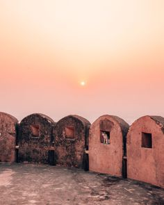 Did you know that Nahargarh fort is the best place to watch the sunset in Jaipur? Overlooking the entire city, this highest viewpoint is preferred by locals and tourists alike. Dslr Background Images, Photo Background Images, Picsart Background, Editing Background, Jaipur Travel, India Travel, Travel Pose, Best Instagram Photos, Best Sunset