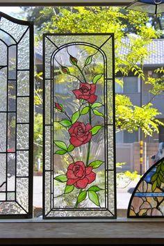 ご主人の理解が得られずデザインをお見せする前にキャンセルになったデザインで製作したステンドグラスを今日はお見せしたいと思います。  この不景気ですからご主人の気持も解りますが奥様の夢が実現するのに20万円は高くはないと思ううのですが。。。。。。。  奥様とお話し... Stained Glass Flowers, Stained Glass Lamps, Stained Glass Designs, Stained Glass Panels, Stained Glass Projects, Stained Glass Patterns, Leaded Glass, Mosaic Glass, Old Window Panes