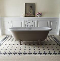 Buxton Corner 10cm Black/White  Floor under bath in bedroom