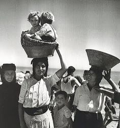 1954 - Nazare, Portugal - by Jean Dieuzade Photo Portugal, Great Photos, Old Photos, Vintage Photographs, Vintage Photos, Art Magique, Portuguese Culture, Photo Vintage, French Photographers