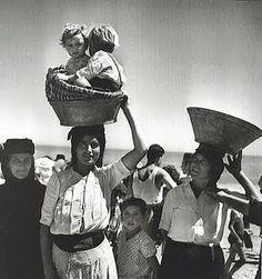 1954 - Nazare, Portugal - by Jean Dieuzade Vintage Photographs, Vintage Photos, Old Photos, Great Photos, Art Magique, Portuguese Culture, Photo Vintage, French Photographers, Lewis Carroll