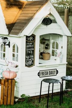 Upcycling a second hand playhouse into the perfect farmhouse playhouse for my little girl who loves to make pretend, and enjoy the outdoors. Playhouse Decor, Playhouse Outdoor, Playroom Decor, Playhouse Ideas, Childs Playhouse, Little Girls Playhouse, Backyard Playground, Backyard Patio, Studio Apartment Decorating