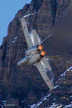 McDonnell Douglas - Boeing F-A-18C Hornet: http://tazintosh.com #FocusedOn #Photo #Aile #Wing #Axalp #Canon EF 100-400mm f/4.5-5.6L IS USM #Canon EOS 5D Mark II #Ciel #Sky #Condensation #Falaise #Cliff #Fuselage #McDonnell Douglas - Boeing F/A-18C Hornet #Montagne #Moutain #Moteur #Engine #Neige #Snow #Ondes de chaleur #Heat waves #Post-combustion #Afterburner #Réacteur #Jet engine #Rocher #Rock