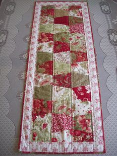 I need a tumbler template! Love this table runner. Table Runner And Placemats, Table Runner Pattern, Quilted Table Runners, Christmas Sewing, Christmas Quilting, Christmas Runner, Christmas Applique, Christmas Patterns, Christmas Colors