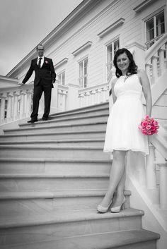 Brautpaar auf Treppen - Herrenhäuser Gärten - Hannover .  #Wedding #Weddingphotographer #bridalcouple #bride #bridegroom #love #photography #Hochzeit #Brautpaar #colorkey #germany
