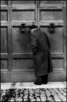 Elliott Erwitt -Roma, 1959 -repinned by Los Angeles County & Orange County portrait studio http://LinneaLenkus.com  #portraitphotographer