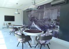Mesas de carteado revestidas com veludo preto proporcionam noites intermináveis de diversão aos moradores e seus convidados.