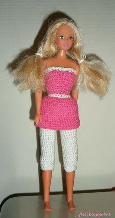 Barbiejurkje met legging (Amy garen - Zeeman). Door Juf Leej. Barbie Knitting Patterns, Barbie Clothes Patterns, Crochet Barbie Clothes, Baby Doll Clothes, Blog Crochet, Barbie Collection, Barbie And Ken, Barbie Dress, Fashion Dolls
