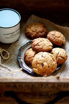Som jeg tidligere har skrevet, er jeg altid på jagt efter den perfekte cookie… Men nu er jagten slut, for den er hermed fundet!Jeg har tidligere forsøgt med hvide cookies, sorte cookies, peanut cookies og chocolate chip cookies, men ingen af dem stikker mit nyeste cookie-fund, som jeg har fundet inspiration til her. Cookies med …