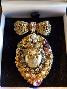 Vintage Rare Miriam Haskell Locket Brooch Pin, 1950's. Old Jewelry, Stone Jewelry, Jewelry Making, Jewellery Bracelets, Glass Jewelry, Women Jewelry, Necklaces, Vintage Costume Jewelry, Vintage Costumes