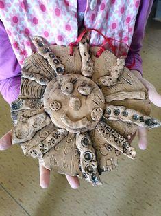 Keramické sluníčko. Vytvořili předškoláci v našem výtvarném studiu.