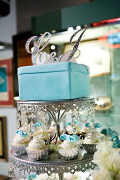 Meh, I didn't think I would like this but I kinda do.... Kinda..... A little bit.... A cake for the couple and cupcakes for everyone else. Meh, I think I like it.