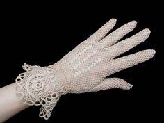 *** こちらのお品はSold-となりました、ありがとうございました。***  フランスのアンティーククロシェ編み、レース手袋のご紹介です。  色...