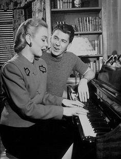 Reagan at home with first wife Jane Wyman C. Reagan at home with first wife Jane Wyman C. Old Hollywood Movies, Hollywood Star, Classic Hollywood, Classic Actresses, Actors & Actresses, Piano, Jane Wyman, Nancy Reagan, President Ronald Reagan