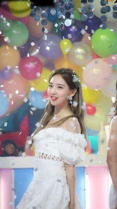 K-Pop Babe Pics – Photos of every single female singer in Korean Pop Music (K-Pop) Kpop Girl Groups, Korean Girl Groups, Kpop Girls, Boy Groups, Extended Play, Twice Show, I Fancy You, Twice Album, Nayeon Twice