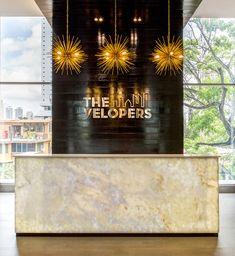 Meeting room, The Velopers, San Francisco, Panama - Bettis Tarazi #interiordesign #interiors #houseinteriors #office #comercial #panama #luxury #design #purple #reception #meeting #officeinteriors #desk #lamp #gold #marble