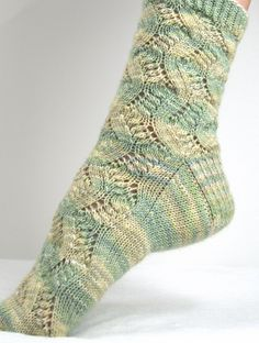 Spring Forward by Linda Welch ~ 4 ply fingering yarn, top-cuff-down, wide toe and heel flap ~ FREE pattern Lace Socks, Crochet Socks, Knitted Slippers, Slipper Socks, My Socks, Knit Or Crochet, Knitting Socks, Hand Knitting, Knit Socks