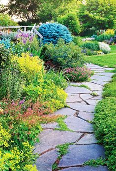 9 Ways to Create a Garden Path Smart garden path materials balance aesthetics and functionality. See the pros and cons of using materials such as gravel, turf, dry-laid pavers, mortared paths, wood mulch and stones. Amazing Gardens, Beautiful Gardens, Beautiful Flowers, Landscape Design, Garden Design, Slate Garden, Slate Patio, Garden Steps, Dream Garden
