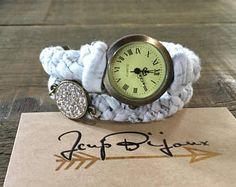 Montre femme boho, tissus, tressé, à enrouler. Gris pâle, beige. Bronze, ajustable avec chaînette. Bracelet Watch, Bronze, Etsy, Watches, Bracelets, Fashion, Gray, Unique Jewelry, Objects