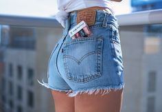 Le Fashion: 35 Shots That Prove Levi's Jeans Make Your Butt Look Amazing Summer Shorts Outfits, Short Outfits, Cute Outfits, Summer Jeans, Levi's Shorts, Sexy Shorts, Long Shorts, Black Shorts, Vintage Levi Shorts