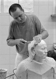 Clay modeling a plaster form on the figure. modelowanie formy wieloklinowej z gipsu na postać do odcisku w masie ceramicznej Autor: Marcin Boratyn