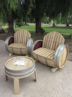 Originele stoelen van oude wijnvaten