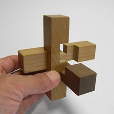 判り易い「六本組み木パズル」の組み方解説   何故このページを作ったかですが、YouTube でも組み方が幾つか公開されているもののとにかく何れを観て...