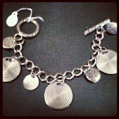 Vendida - Pulseira com moedas na cor prata.