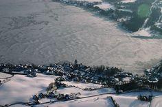 Fantastische Aufnahme des gefrorenen Wolfgangsees. Airplane View, Winter, Outdoor, Vacation, Winter Time, Outdoors, Outdoor Games