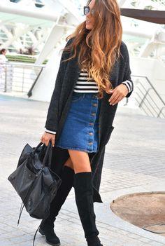 Dunkelgrauer Strick Mantel, Weißer und schwarzer horizontal gestreifter Pullover mit Rundhalsausschnitt, Blauer Jeansrock mit knöpfen, Schwarze Overknee Stiefel aus Wildleder für Damen