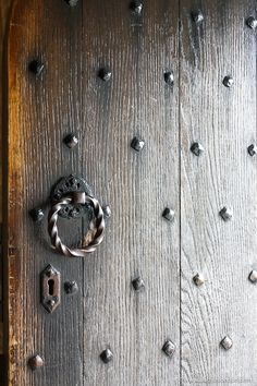 This old door in Edinburgh Castle, Scotland. This guide to 1 day in Edinburgh, Scotland will show you an Edinburgh 1 day itinerary for your UK trip. From Edinburgh Castle to the Royal Mile and Calton Hill, it has all the best things to do in Edinburgh. #edinburgh Edinburgh Travel, Edinburgh Castle, Edinburgh Scotland, Edinburgh Photography, Uk Trip, Castle Scotland, Cool Places To Visit, Trip Planning, Gates